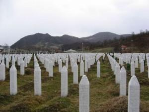 800px-Srebrenica_massacre_memorial_gravestones_2009_1